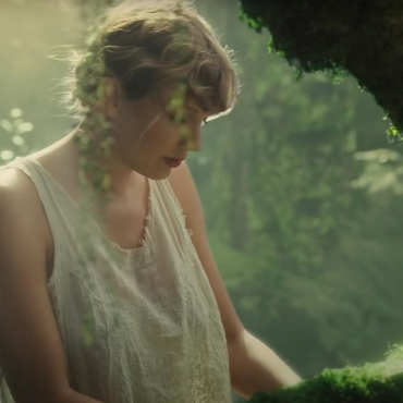 Taylor Swift alcanzó el récord de Whitney Houston con su álbum Folklore