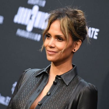 """Halle Berry junto a Mark Wahlberg protagonizarán """"Our Man From Jersey"""" para Netflix"""